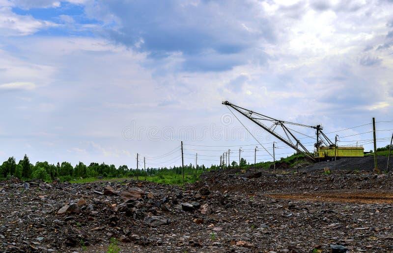 Ekskawator maszyna przy podkopową earthmoving pracą w łupie obraz royalty free