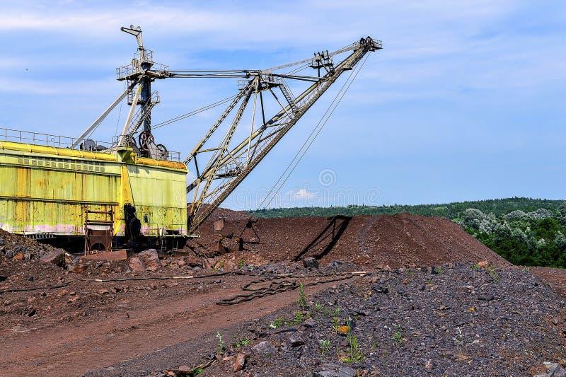 Ekskawator maszyna przy podkopową earthmoving pracą w łupie zdjęcia stock