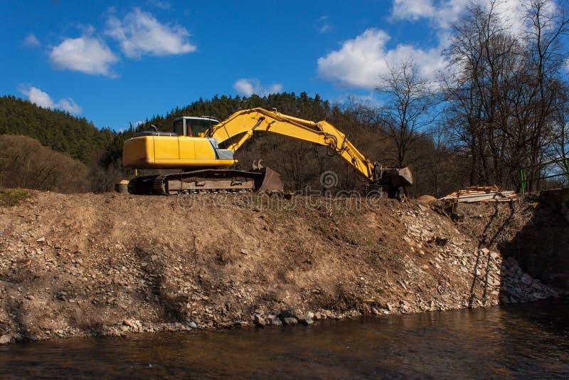 Ekskawator na pracie umacniać linię brzegową rzeka zdjęcie stock