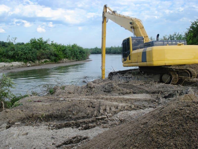 Ekskawator na rzece zdjęcie royalty free