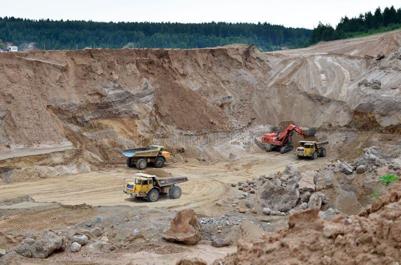 Ekskawator rozwija piasek na ładowaniu i odkrywkowym ciężka usyp ciężarówka ja zdjęcia royalty free