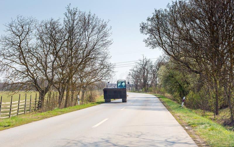 Ekskawator rusza się na asfaltowej drodze fotografia stock