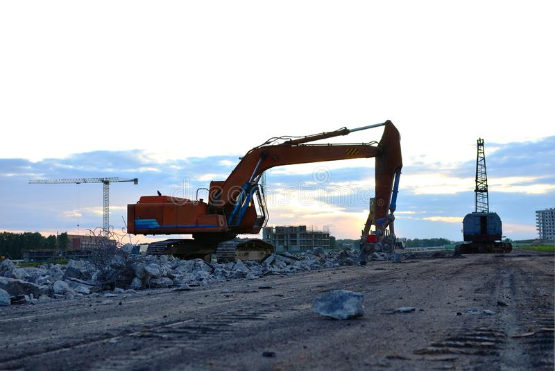 Ekskawator z hydraulicznym strzyżenie przerw asfaltem na budowie zdjęcia royalty free