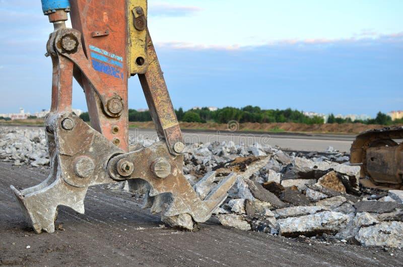 Ekskawator z hydraulicznym strzyżenie przerw asfaltem na budowie obrazy stock