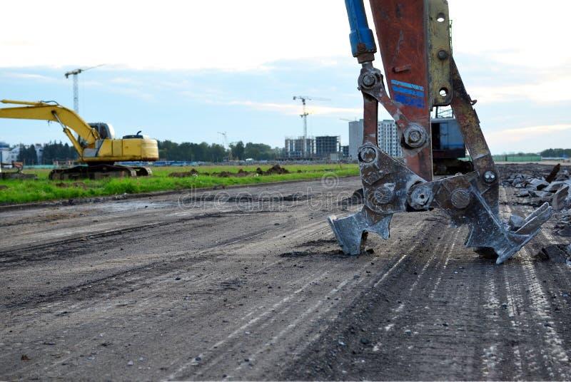 Ekskawator z hydraulicznym strzyżenie przerw asfaltem na budowie zdjęcie stock