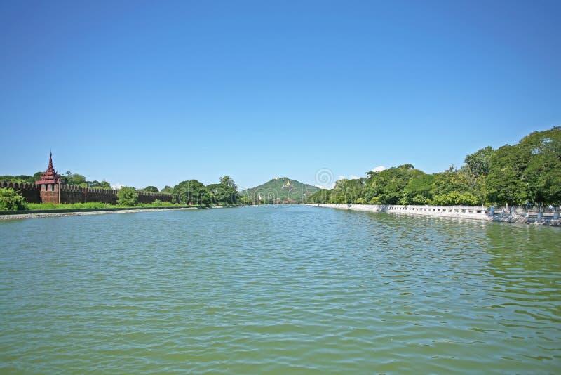 Ekspansywny błękitny nawadnia fosa wokoło Mandalay pałac w Myanmar fotografia stock