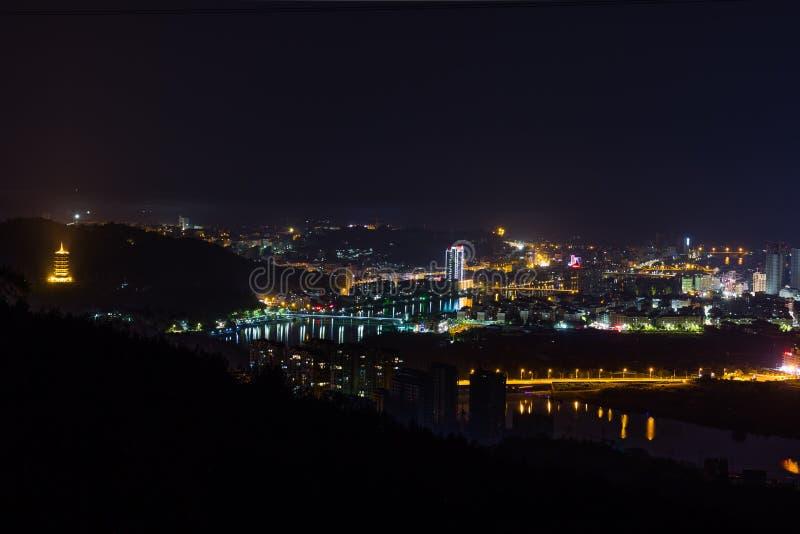 Ekspansywny Chiński miasto Longquan przy nocą zdjęcia royalty free