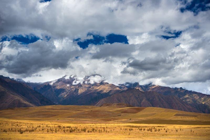 Ekspansywny widok Święta dolina, Peru od Pisac inka miejsca, specjalizuje się podróży miejsce przeznaczenia w Cusco regionie, Per zdjęcie royalty free