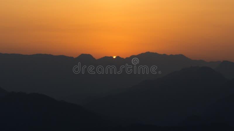 Ekspansywny zmierzch nad górami zdjęcie stock