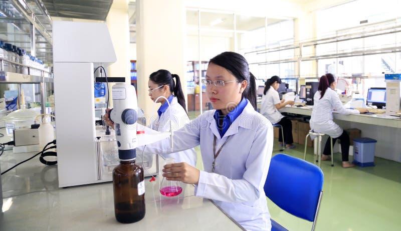 Eksperci pracują w weterynaryjnej medycyny lab produkować szczepionki dla zwierząt obraz royalty free