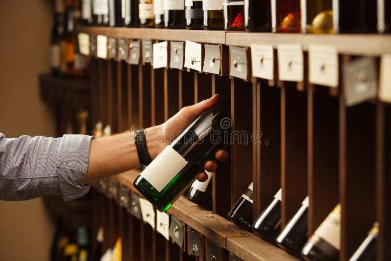 Ekspert w winemaking wybiera elita białego wino w lochu zdjęcie royalty free