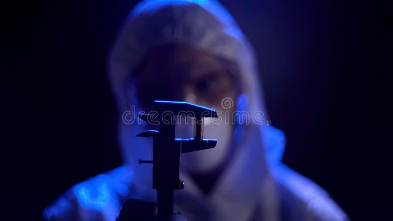 Eksperta medycyny sądowej pociska pomiarowy kaliber, szuka dla jednoznaczni dowody zdjęcie royalty free