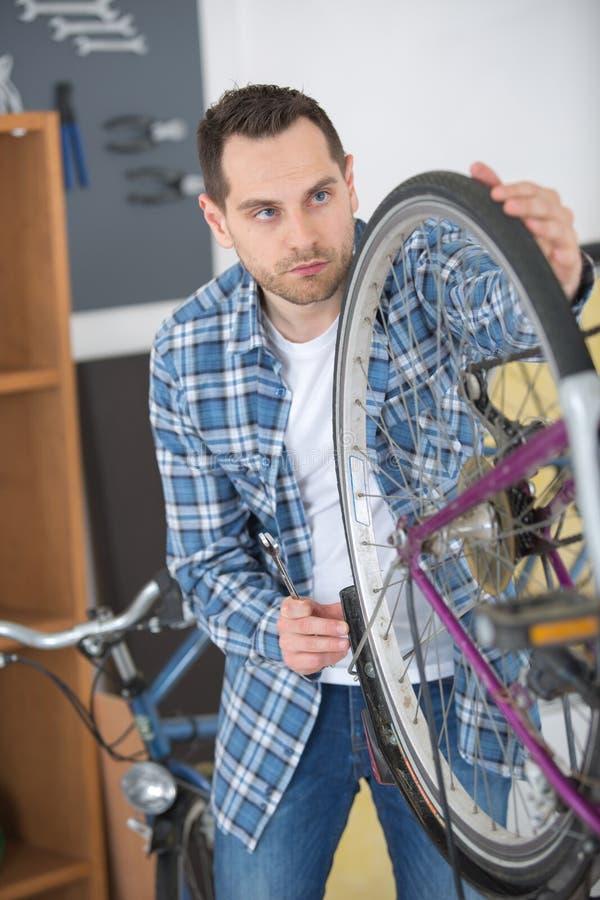 Ekspertyza techniczna bierze opieka bicyklu sklep zdjęcia royalty free
