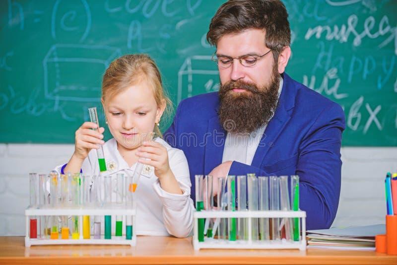 Eksperyment chemiczny w szkole Wyjaśnianie chemii dziecku Jak zainteresować dzieci Fascynująca lekcja chemii zdjęcie stock