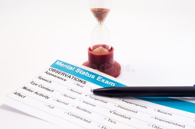 Eksperymentuje, bada lub bada w, psychologii lub psychiatrii Papierowy rezultat umysłowy statusu egzaminu test ustalać chorobę, h zdjęcia royalty free