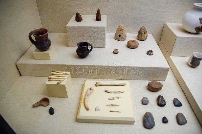 Eksponaty muzeum dawność Antalya, garncarstwo i kości w postaci eksponatów muzeum, fotografia royalty free