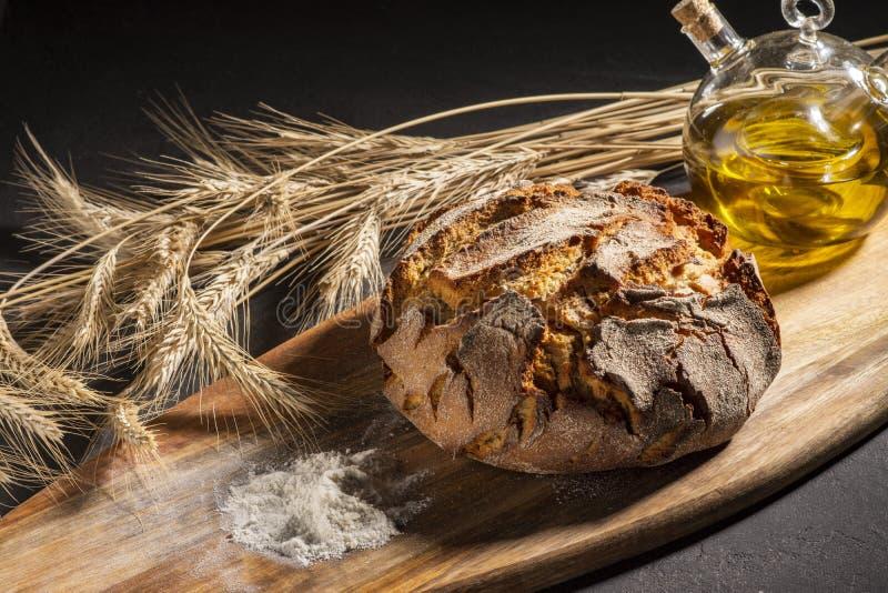 Ekspozycja świeżego chleba domowego na drewnianym stole, smaczne śniadanie Chleb z oliwą z oliwek zdjęcie stock