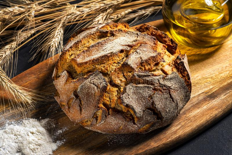 Ekspozycja świeżego chleba domowego na drewnianym stole, smaczne śniadanie Chleb z oliwą z oliwek obraz stock
