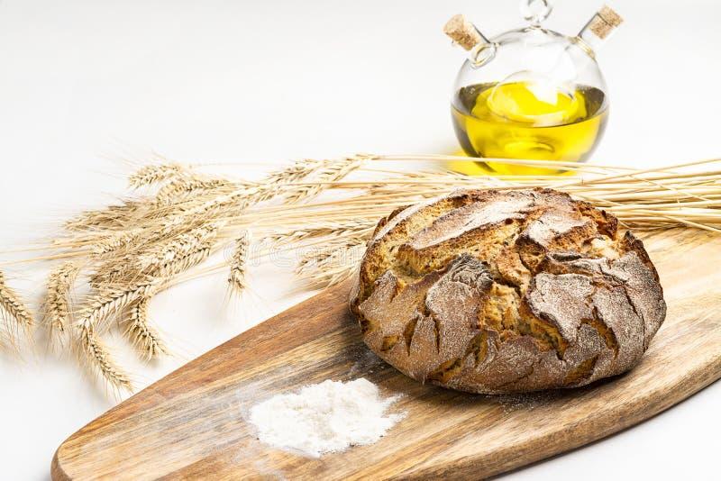 Ekspozycja świeżego chleba domowego na drewnianym stole, smaczne śniadanie Chleb z oliwą z oliwek obrazy stock