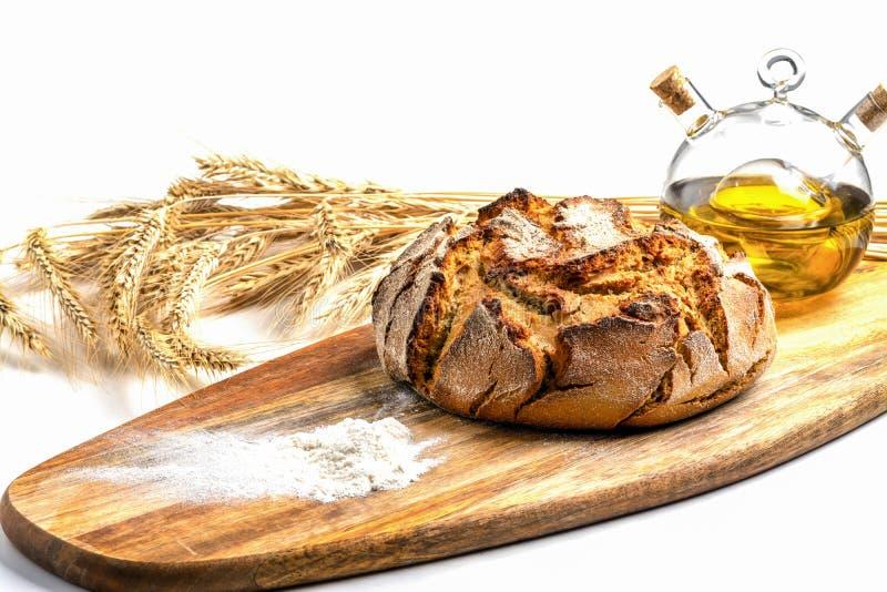 Ekspozycja świeżego chleba domowego na drewnianym stole, smaczne śniadanie Chleb z oliwą z oliwek obraz royalty free
