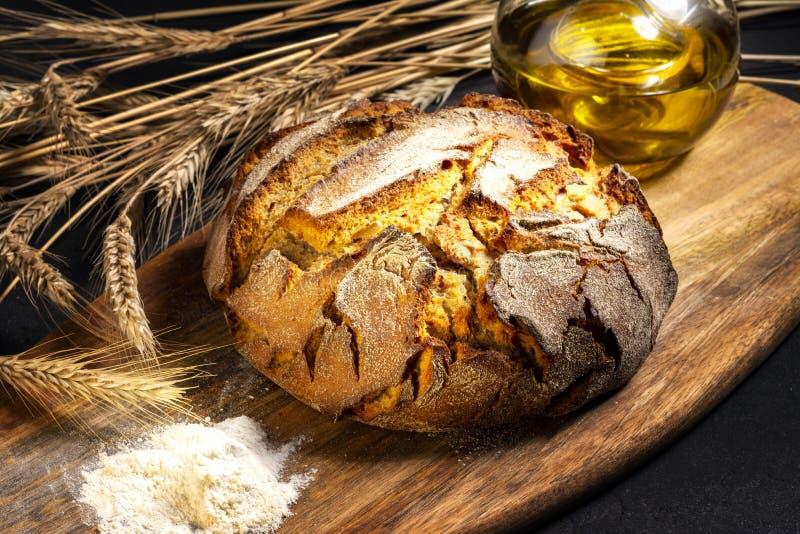 Ekspozycja świeżego chleba domowego na drewnianym stole, smaczne śniadanie Chleb z oliwą z oliwek fotografia royalty free