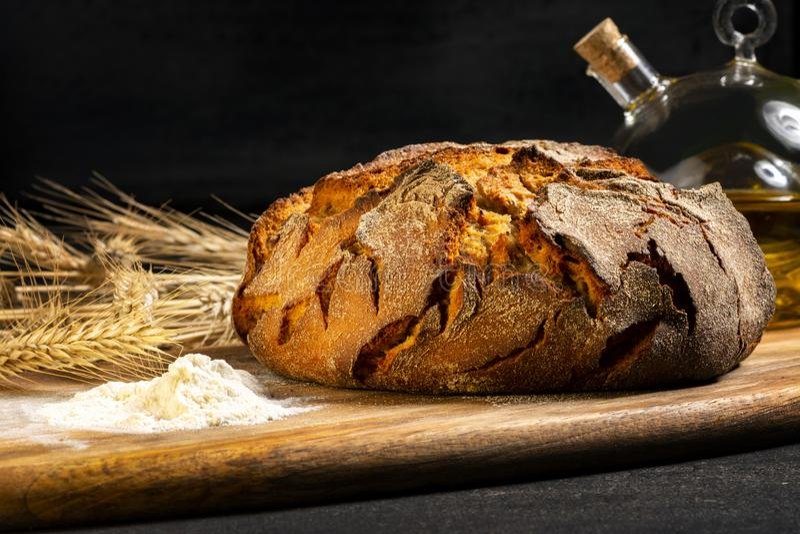 Ekspozycja świeżego chleba domowego na drewnianym stole, smaczne śniadanie Chleb z oliwą z oliwek zdjęcie royalty free