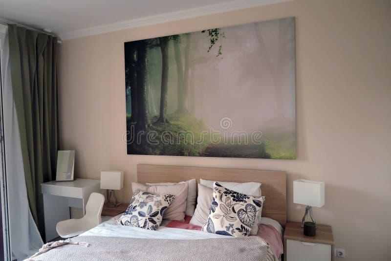 Ekspozycja mieszkań wnętrza sypialnia obrazy stock