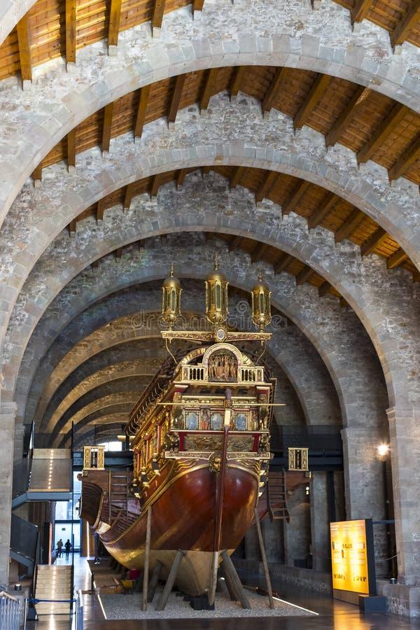 Ekspozycje w morskim muzeum lokalizować w miasta ` s porcie w starym statku budynków zaufania i morskich korpusach Portowy Vell fotografia stock