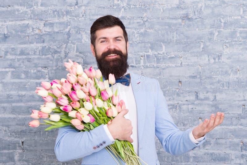 Ekspresowy positivity Szczęśliwy kobieta dzień E Wiosna prezent szczęśliwy brodaty mężczyzny modniś z kwiatami, kopia fotografia stock
