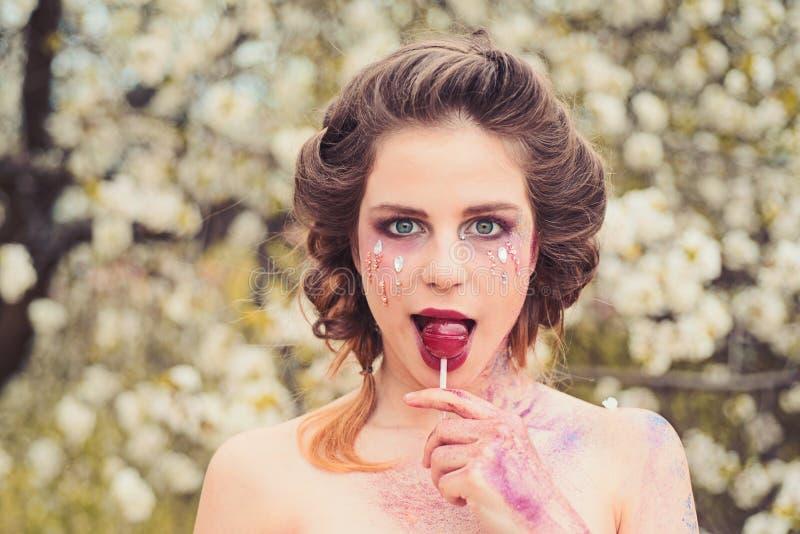 Ekspresowy positivity Wiosna wakacje prognoza pogody kobieta z wiosny mody makeup Twarz i skincare kobiety obrazy royalty free