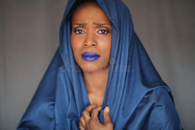 Ekspresyjna amerykanin afrykańskiego pochodzenia kobieta Z Dramatycznym oświetleniem obrazy royalty free