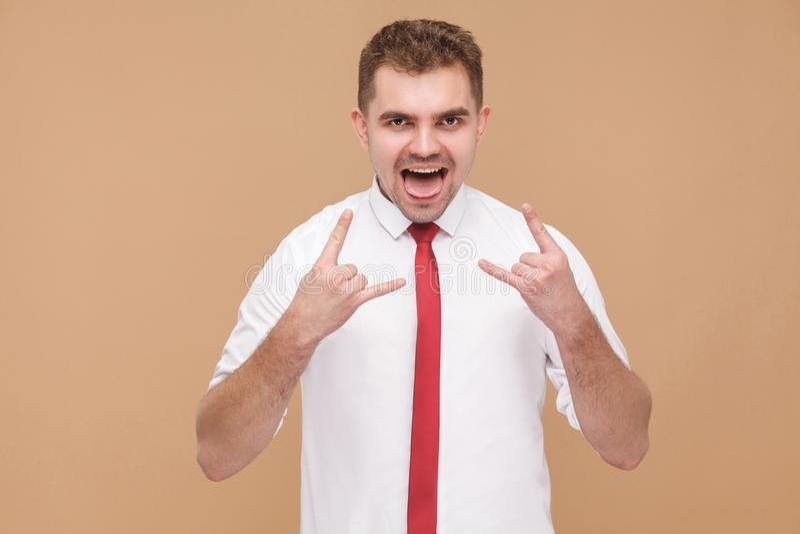 Ekspresyjny biznesmen pokazuje rock and roll znaka obraz stock