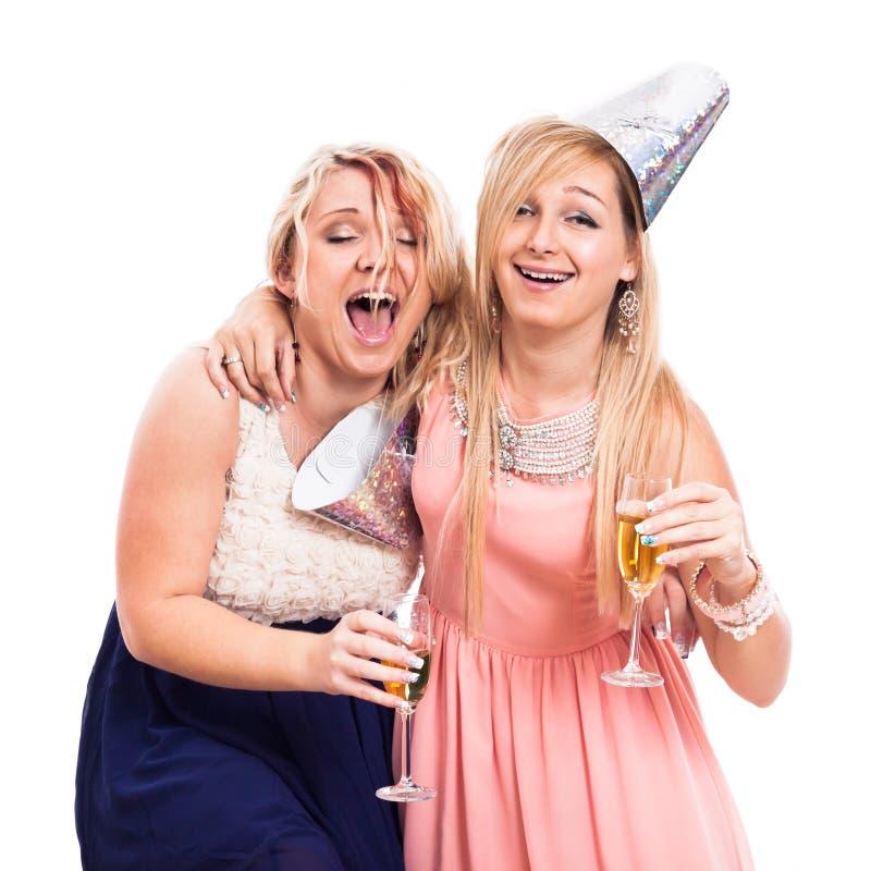 Ekstatische betrunkene Mädchen feiern stockfotografie