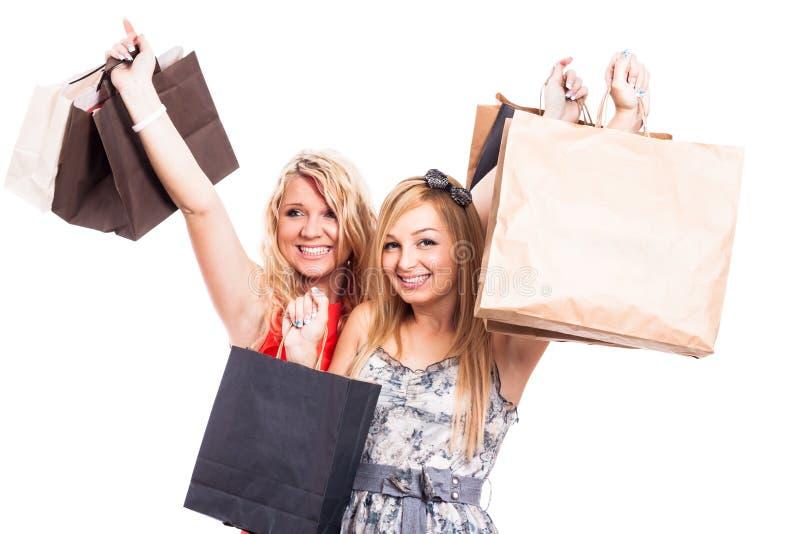Ekstatische Mädchen mit Einkaufstaschen lizenzfreies stockfoto