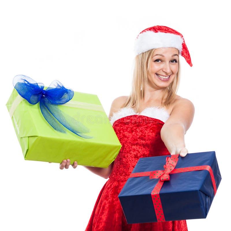 Ekstatische Weihnachtsfrau, die Geschenke gibt stockfoto