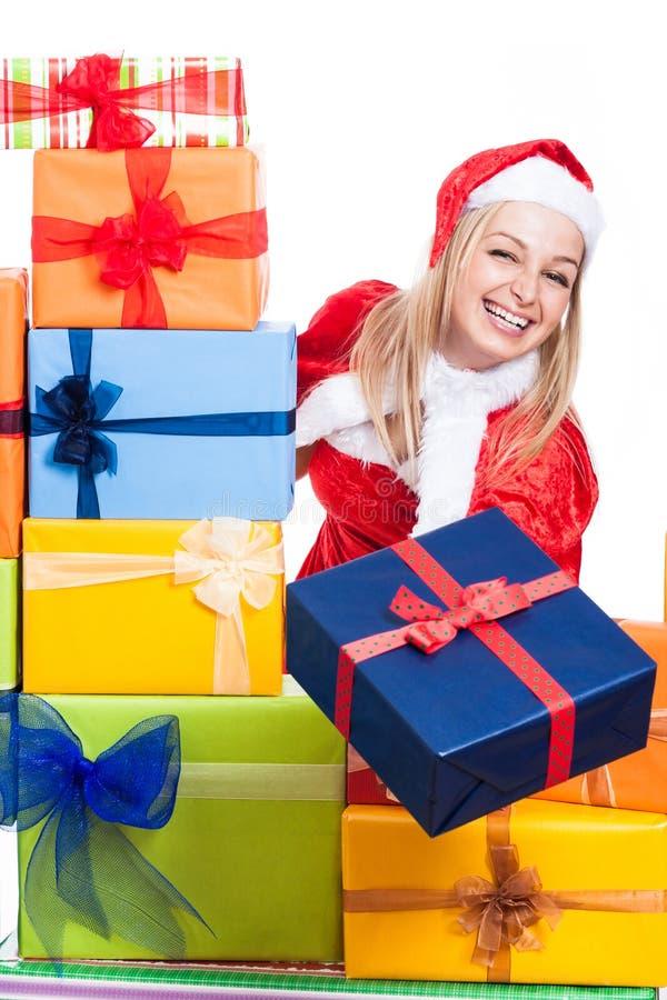 Ekstatische Weihnachtsfrau, die Geschenke gibt stockbild