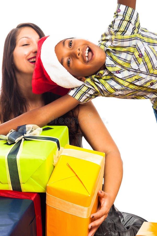 Ekstatischer Junge und Frau, die Weihnachten feiert lizenzfreies stockfoto
