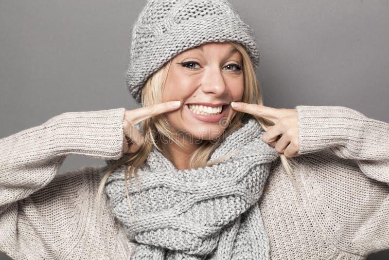 Ekstatyczna seksowna 20s zimy dziewczyna wyraża radość z sfałszowanym uśmiechem fotografia royalty free