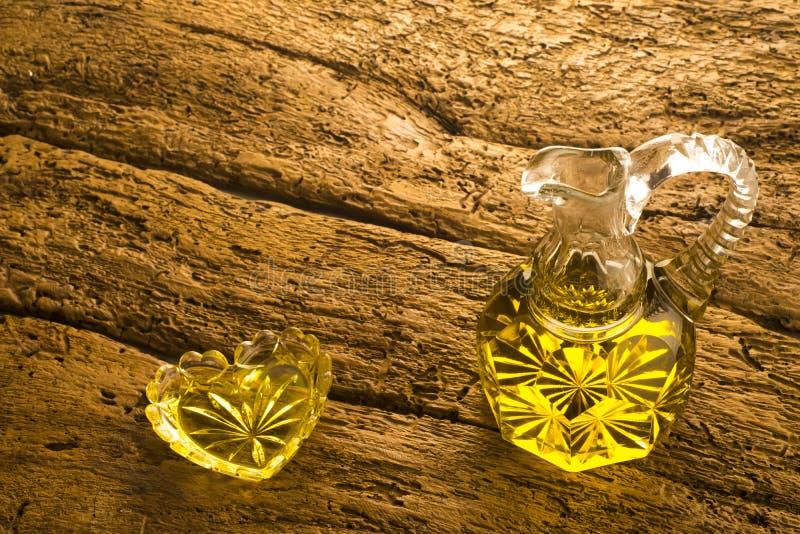 Ekstra dziewiczego oliwa z oliwek drewniany tło zdjęcie stock
