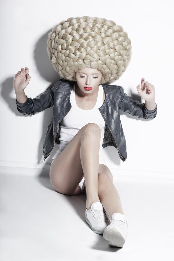 Ekstrawagancja. Ekscentryczny blondynka włosy model z Fantastycznym Updo Co obraz royalty free