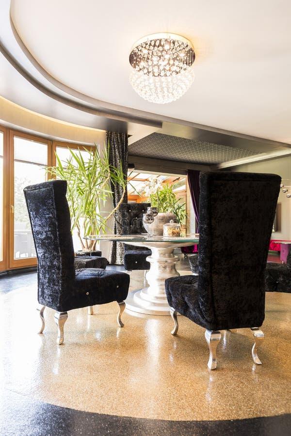 Ekstrawagancki wnętrze z aksamitnymi krzesłami zdjęcia stock