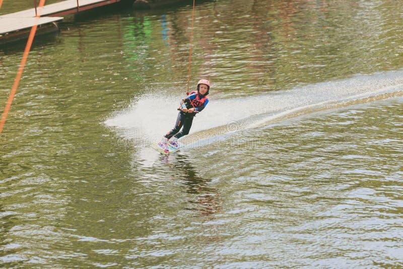 Ekstremum park, Kijów, Ukraina, 07 może jechać Wakeboard 2017 - troszkę dziewczyna Fotografia zbożowy przerób zdjęcia stock