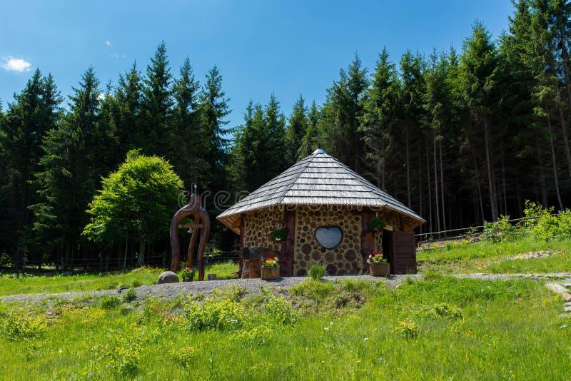 Ekumeniczna kaplica, budowa z sosnowym drewnem i moździerz w Karpackich górach, zdjęcia royalty free