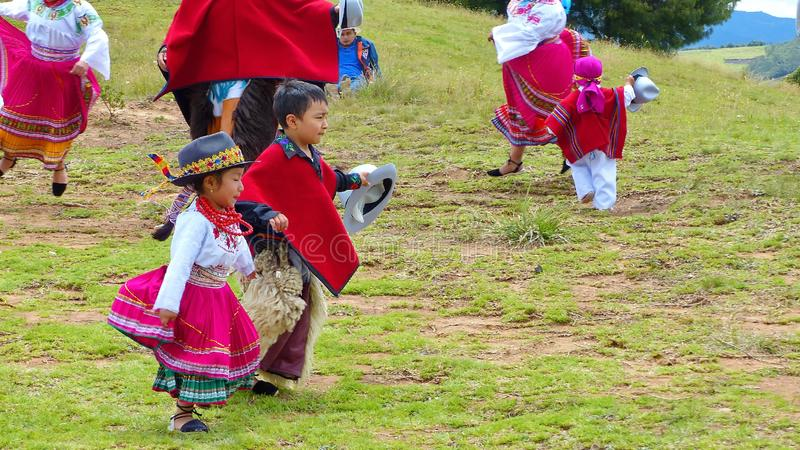 Ekwadorscy ludowych tancerzy dzieci ubierający jako Cayambe zaludniają występu tradycyjnego tana dla turystów outdoors obrazy royalty free
