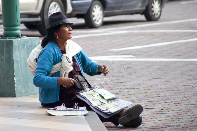 Ekwadorska kobieta Sprzedaje Loteryjnych bilety zdjęcie royalty free