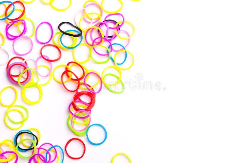 Elásticos coloridos redondos pequenos para braceletes do tear fotos de stock royalty free