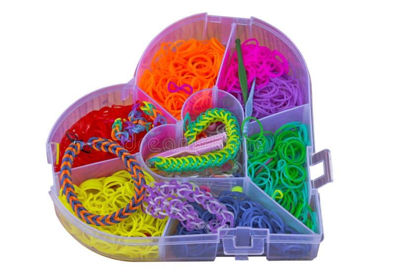 elásticos Multi-coloridos para tecer braceletes Isolado no branco fotos de stock royalty free