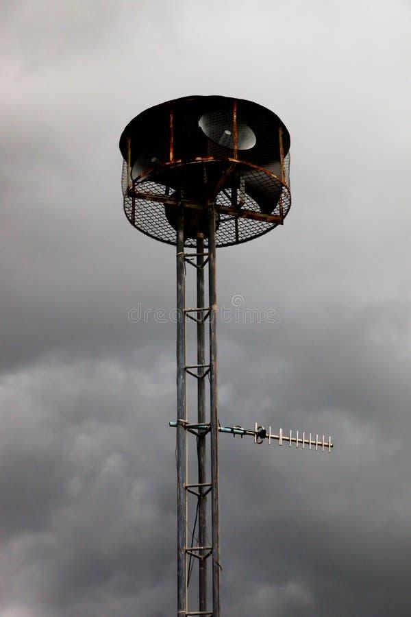 Eléctrico comunique en torre local de la antena y del altavoz de la casa de campo imágenes de archivo libres de regalías
