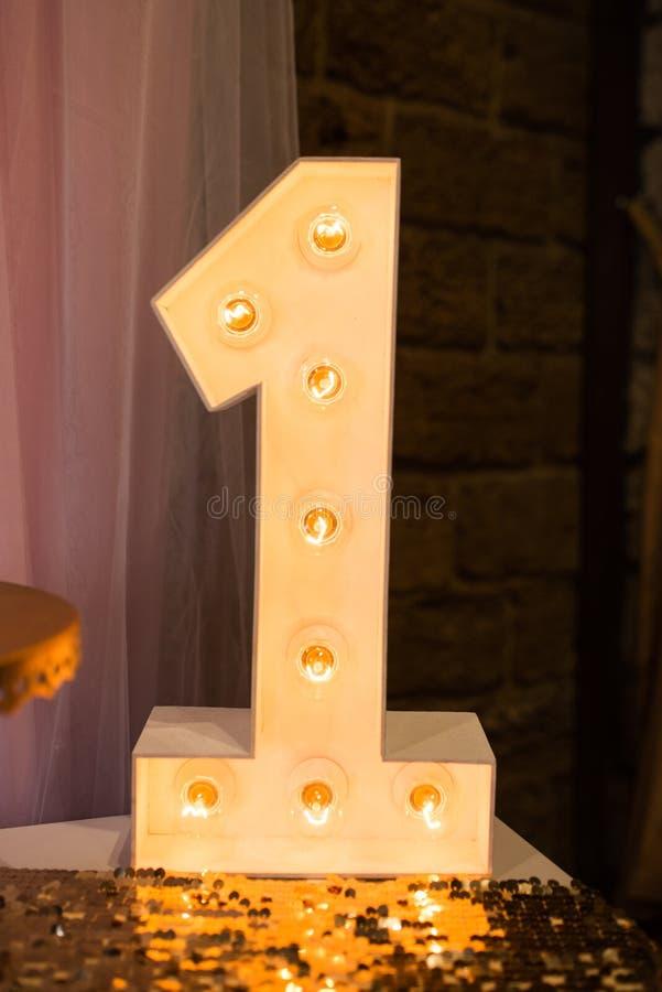 Eléctricos de madera luz para arriba alfabeto de la lámpara en fuente dura Número 1 Número de madera 1 con los bulbos Primer cump fotos de archivo