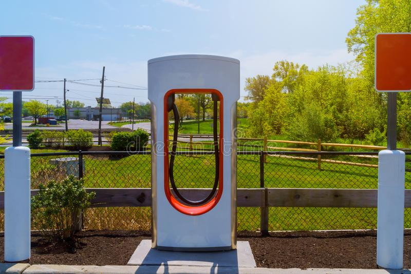Elétrico carregou por estações de carregamento no parque de estacionamento foto de stock royalty free